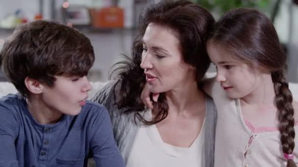 matka objímala a trávit čas se svými dvěma dětmi