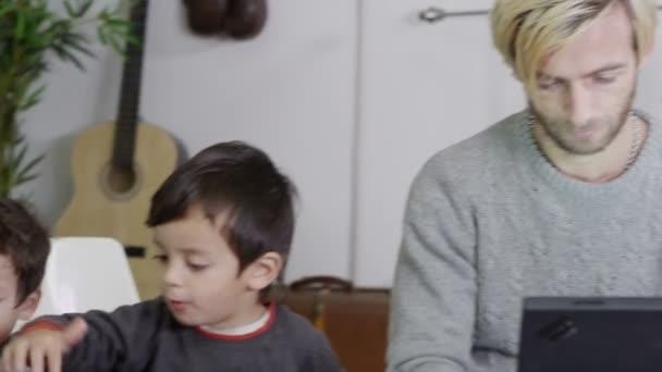 Zaneprázdněný otec pracující z domova a pečuje o své dva syny