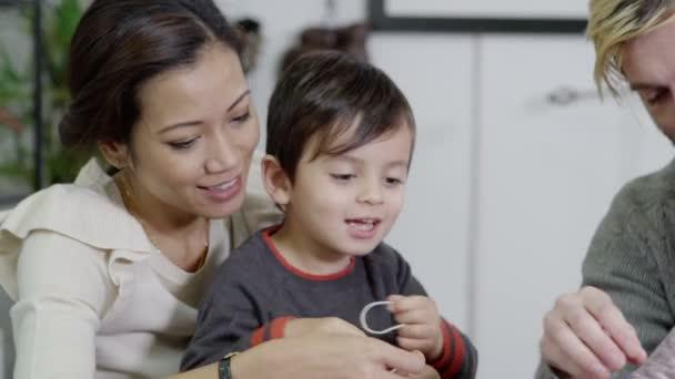 atraktivní mladá multi etnické rodinné hraní a učení společně