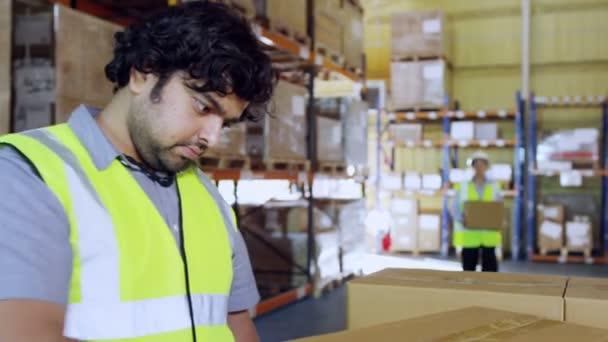 munkavállalók anyagmozgató sima barna dobozok Raklap-ra
