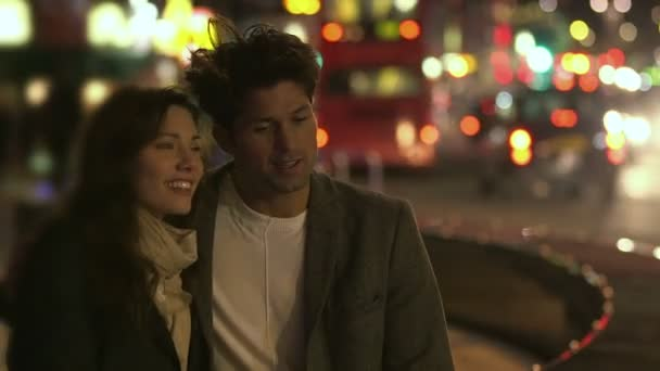 muž a žena stojí vedle městského