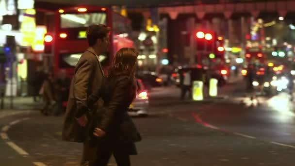 muž a žena chodit přes ulici