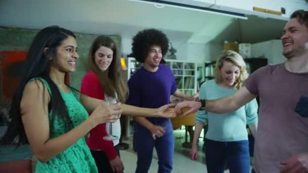 šťastné a bezstarostné skupina mladých přátel, pitím a tancem na house party