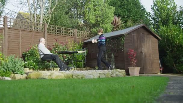 starší pár, posezení v zahradě