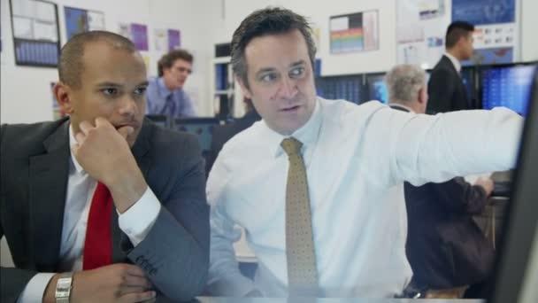 finanční obchodníci pracují v kanceláři