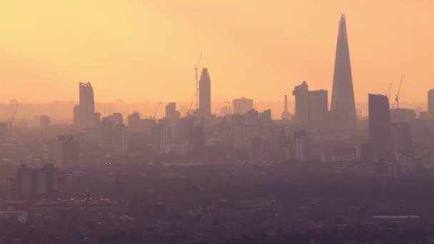 Letecký pohled na londýnské panoráma na zamlžený podzimní ráno