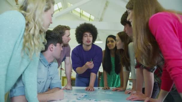 šťastný a rozmanitou skupinou studenti nebo mladí obchodní tým pracuje na projektu