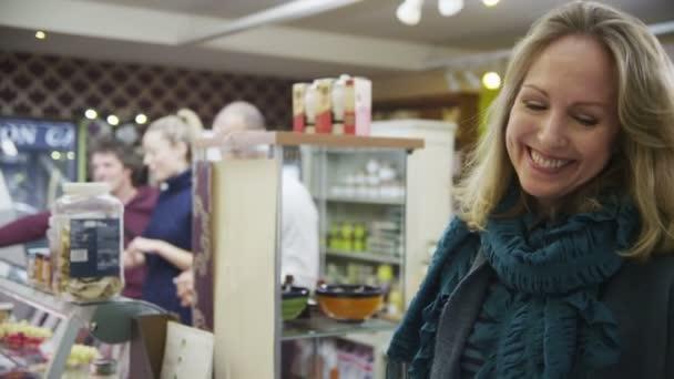 obchodník bere platba kreditní kartou z veselé ženské zákazníka