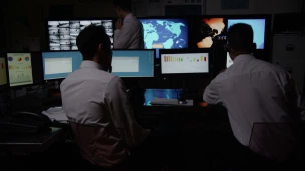 mužské bezpečnostní personál v systém řídící místnosti