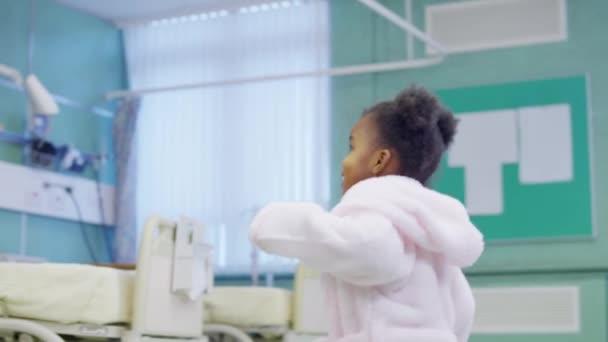 roztomilý a milující holčička v nemocnici trvá kroky směrem k lékaři