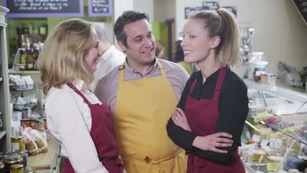 portrét šťastné týmu pracovníků v lahůdkářství nebo celý obchod potraviny
