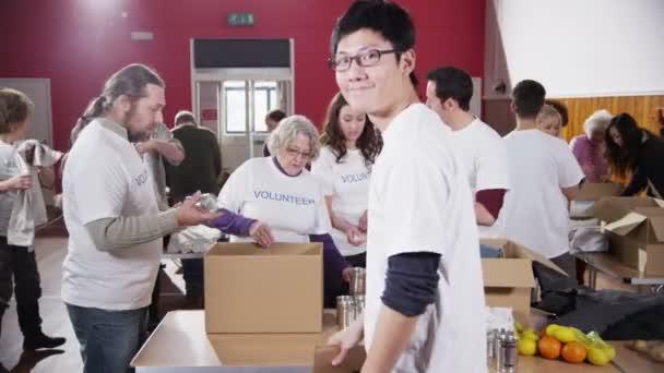 mužské charitativní pracovník drží se prosím dát znamení k fotoaparátu