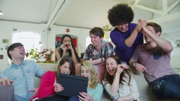 šťastný neformální skupina mladých přátel se tabletový počítač