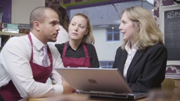 vonzó férfi és női kávézóban munkavállalók munka megbeszéli a menedzser