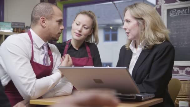 atraktivní kavárně mužských a ženských pracovníků diskutovat o práci s jejich manažer