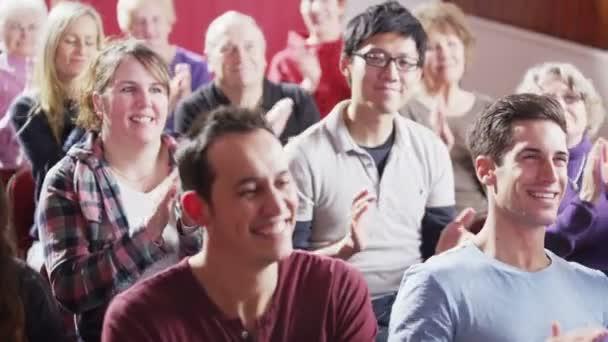 na konci schůzky publikum tleskat reproduktor