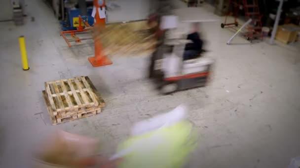 elfoglalt raktár vagy gyári munkások