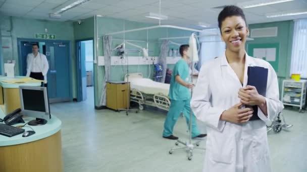 usmívající se žena doktor v nemocnici oddělení
