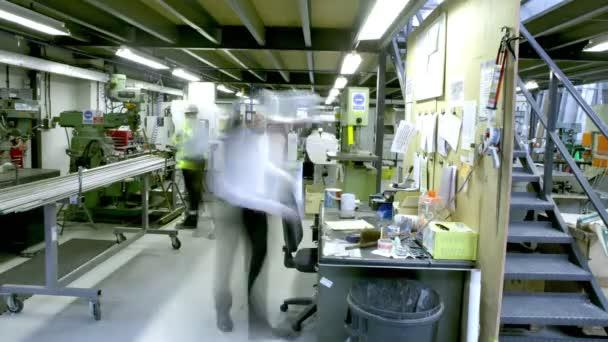 práce zaměstnanců v sekci úřad skladu nebo továrna