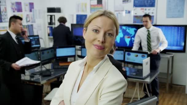 finanční obchodník pracující v kanceláři