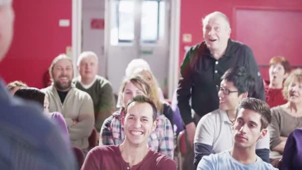 zralý muž reproduktor řeší veřejné setkání