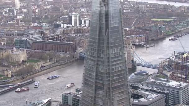 Letecký pohled na kultovní Pamětihodnost, která je tower bridge v Londýně