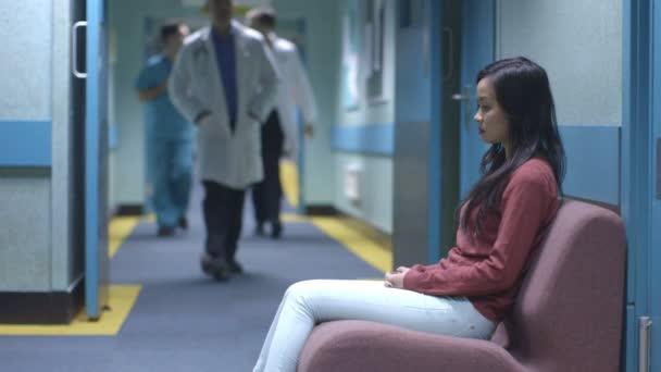 strach žena v nemocnici čeká na novinky