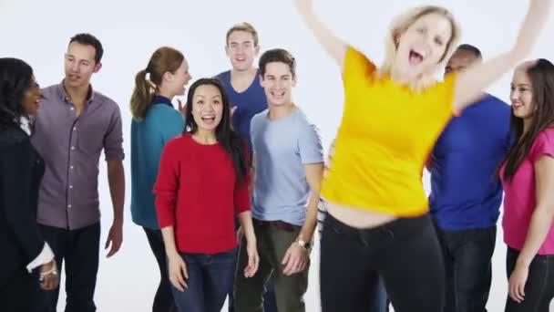 Multi ethnischen Gruppe von Menschen zusammenstehen in bunte Freizeitkleidung und Spaß