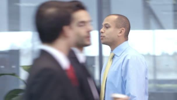 ビジネスマンやビジネスウーマンは会議のために一緒に来る