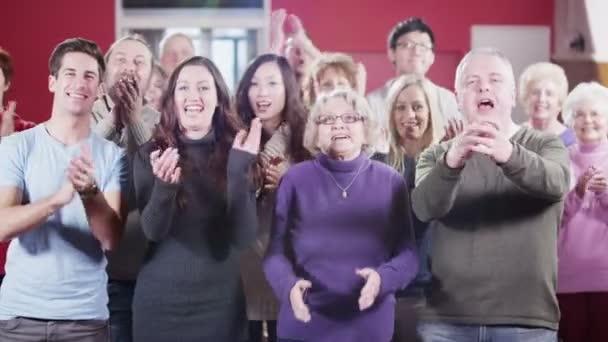 Porträt der fröhlichen Gruppe Menschen gemischten Alters und Rennen zu applaudieren