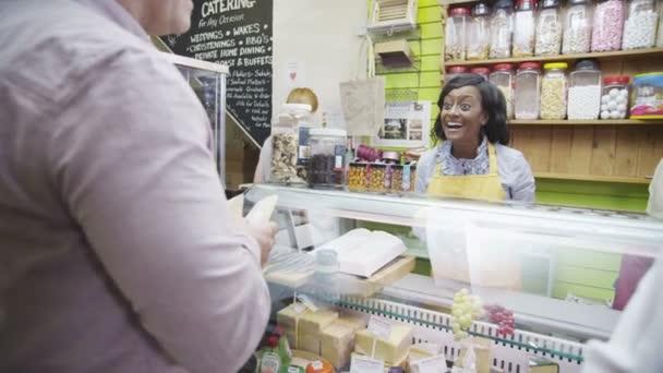 šťastné ženy obchodník poskytuje služby zákazníkům s úsměvem