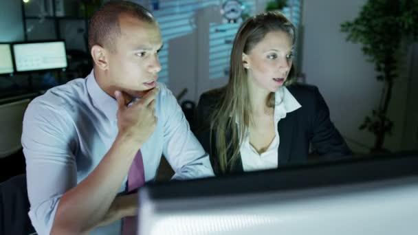 podnikatel a podnikatel pracuje v noci v místnosti plné počítačů