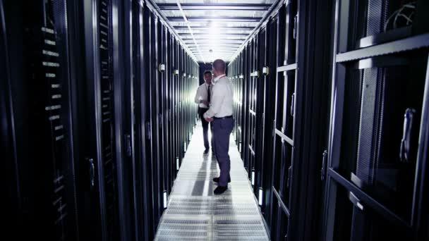 to inženýři pracující v datovém centru