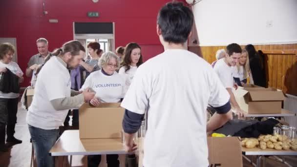 mužské charitativní pracovník drží se znaménko Děkuji k fotoaparátu