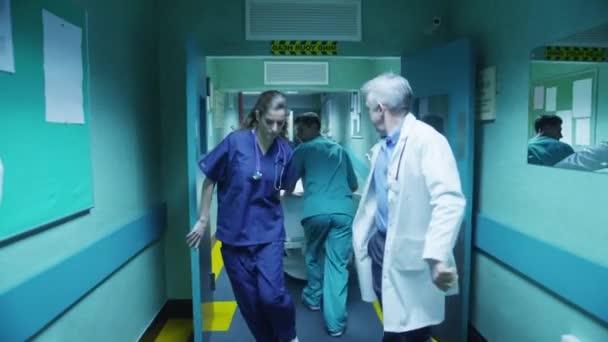 Notfall-Team Rush Patienten auf trage