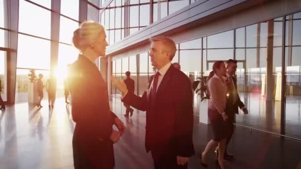 podnikatel a podnikatelka setkávají a potřást rukou