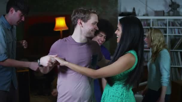 šťastné a bezstarostné skupina mladých přátel, tančí a flirtuje na house party