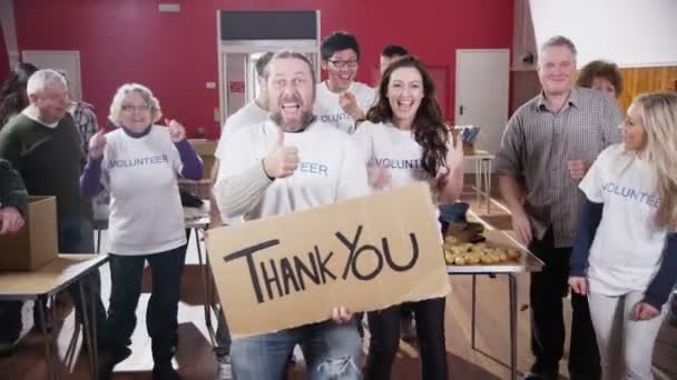 Velká skupina charita dobrovolníky úsměv do kamery drží Děkuji