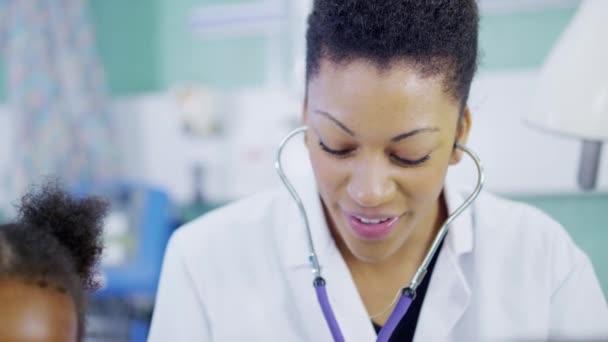 Ärztin wird ein Stethoskop verwendet, um die niedliche kleine Mädchen im Krankenhaus untersuchen