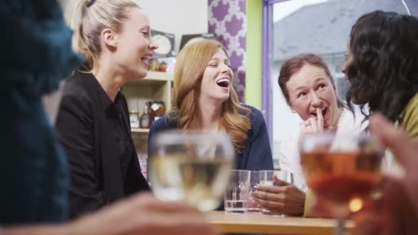 šťastný skupina kamarádky spolu povídat v kavárně