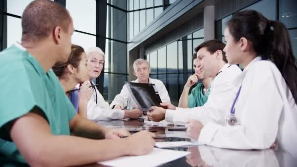 Ärzteteam besprechen des Patienten-Röntgen-Ergebnisse