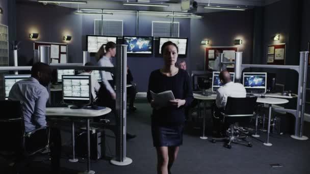 Sicherheitspersonal beobachtet Bildschirme