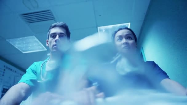zdravotnický personál mluví pacient ve vážném stavu