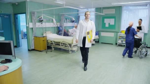usmívající se muž lékař na oddělení, nemocnice