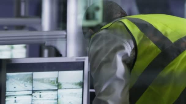bezpečnostní personál sledování obrazovky