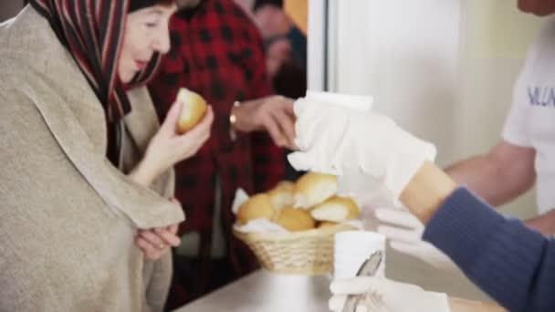 vývařovny dobrovolníci pomáhají bezdomovcům krmivo