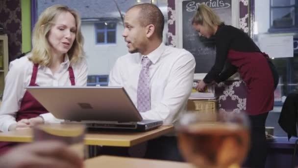 boldog női coffee shop munkavállaló a munkáltatója nem hivatalos értekezlet