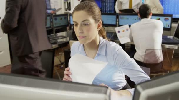 női piac kereskedő dolgozik a pultnál
