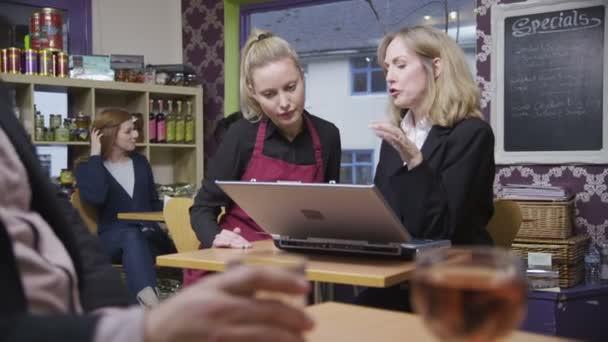šťastné ženy kavárně pracovník v neformální setkání u svého zaměstnavatele