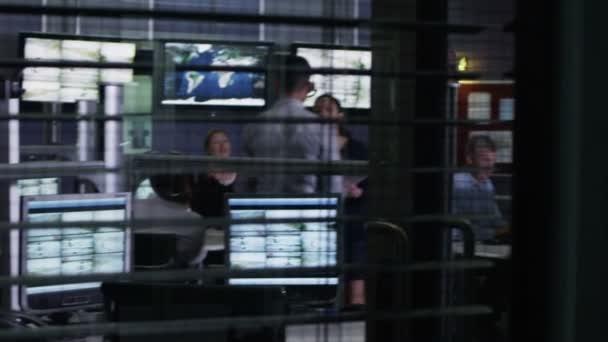 Sicherheitspersonal beobachtet die Bildschirme